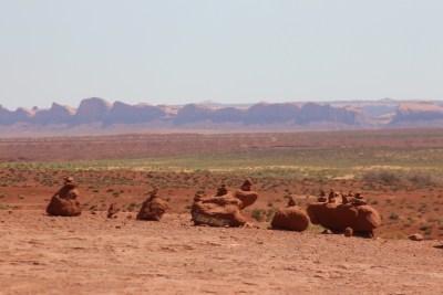Monument Valley, toujours ces empilements de pierres mystérieux