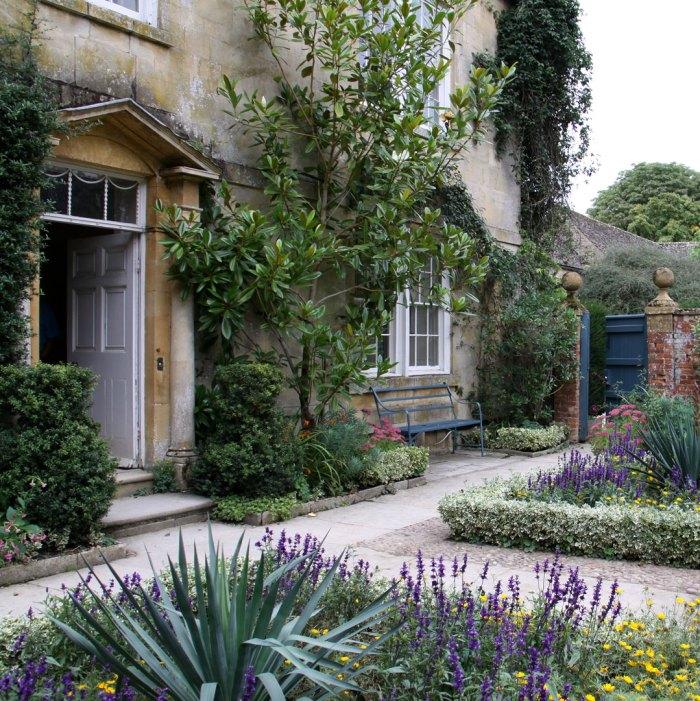 hidcote-entrance-garden