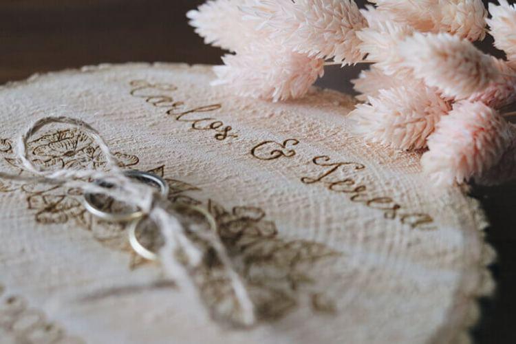 Porta alianzas grabado de madera