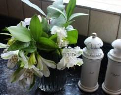 Домашние букеты: мини-букет из альстромерии (перуанской лилии) и зелени