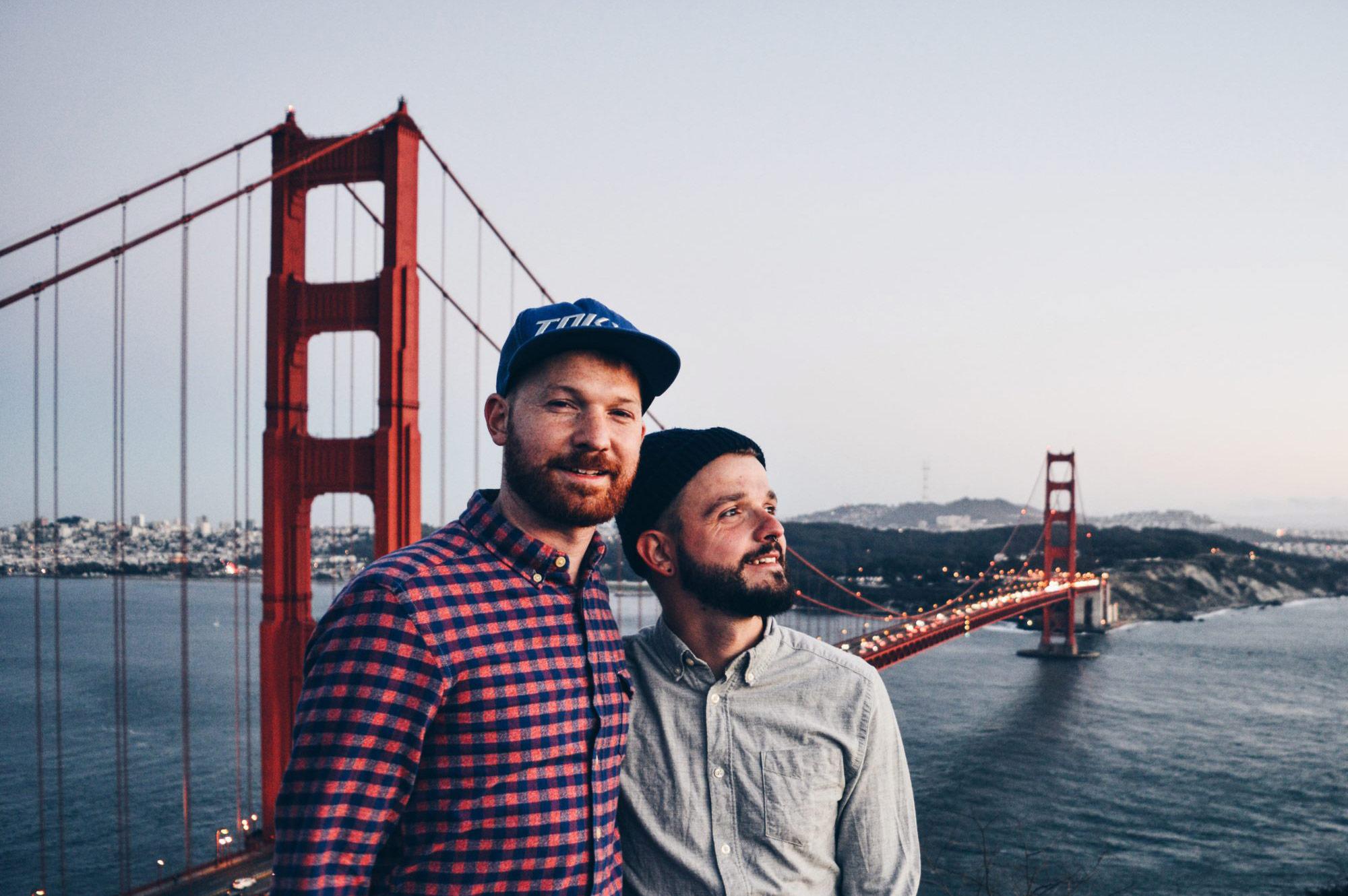 Gay Travel Blogger Karl & Daan vor der Golden Gate Bridge in San Francisco Top 13 Highlights Road Trip South West USA © CoupleofMen.com