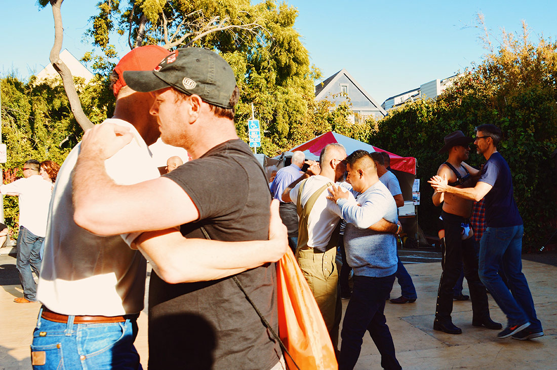 Same-sex couples dancing together © CoupleofMen.com