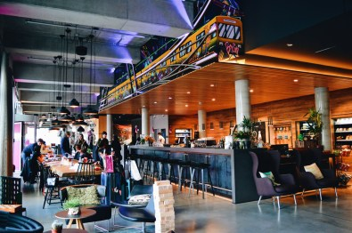 Moxy Berlin Ostbahnhof schwulenfreundliche Hotelreview All in one: Lobby, Bar, Reception | MOXY Hotel Berlin Ostbahnhof Gay-friendly © Coupleofmen.com