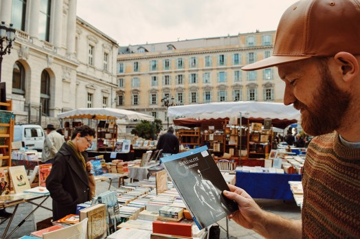 Discoveries on a book market while wandering around the city of Nice - Gay Couple City Weekend Nice © CoupleofMen.com