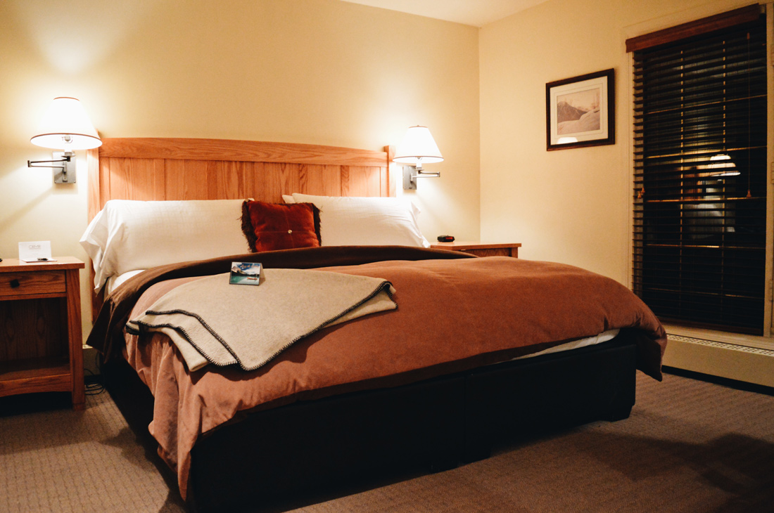 King-size bed in our Lake View Room | Emerald Lake Lodge gay-friendly © Coupleofmen.com