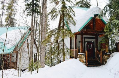 Lodge Cabins in winter | Emerald Lake Lodge gay-friendly © Coupleofmen.com