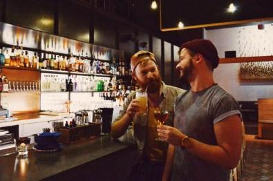 Schwulenfreundliche Restaurants Vancouver Schwulenfreundliche Restaurants Vancouver Cheers with one of the delicious handcrafted cocktails at Juniper | Gay-friendly Restaurants Vancouver © Coupleofmen.com