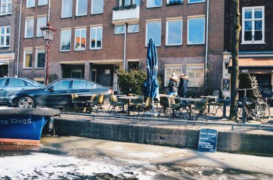 Getting a hot chocolate on Prinsengracht | Amsterdam Frozen Canals © Coupleofmen.com