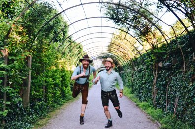Gay Städtetrip Salzburg Running moment through the Mirabell Gardens | Travel Salzburg Gay Couple City Trip © coupleofmen.com
