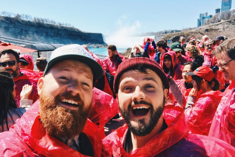 Abenteuer Niagara Fälle Kanada Niagara Falls Canada We have been so super excited in our pink Hornblower Cruise raincoats | Must Do's Niagara Falls Canada © Coupleofmen.com