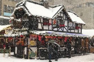 Gay Weihnachtsmärkte Deutschland Verschneite Hütte Zum Ritter beim Schwul Lesbischer Glühweintreff Essen 2018 © Zum Ritter at Pink Monday at Christmas Market in Essen, Germany