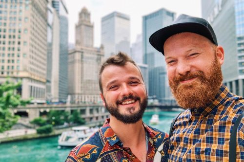 Gay Couple Selfie in front of Chicago's skyline - Gay Travel Guide Illinois © Coupleofmen.com