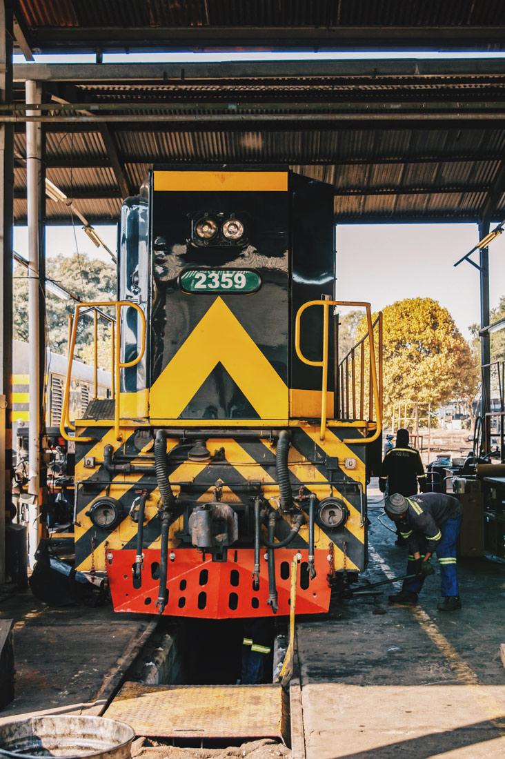 Zugreise Afrika Maintainance of Rovos Rail trains at the headquarters © Coupleofmen.com