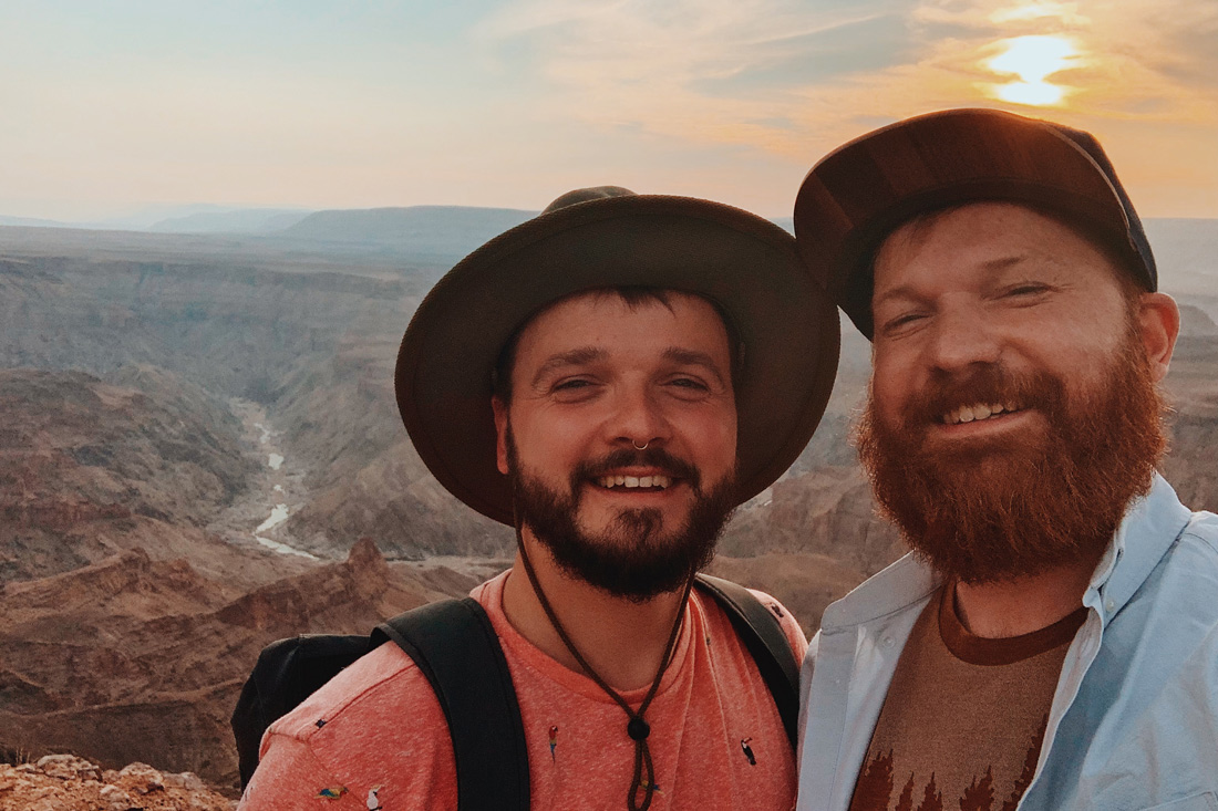 Zugreise Afrika Selfie moment in front of the second biggest canyon in the world, The Fish River Canyon © Coupleofmen.com