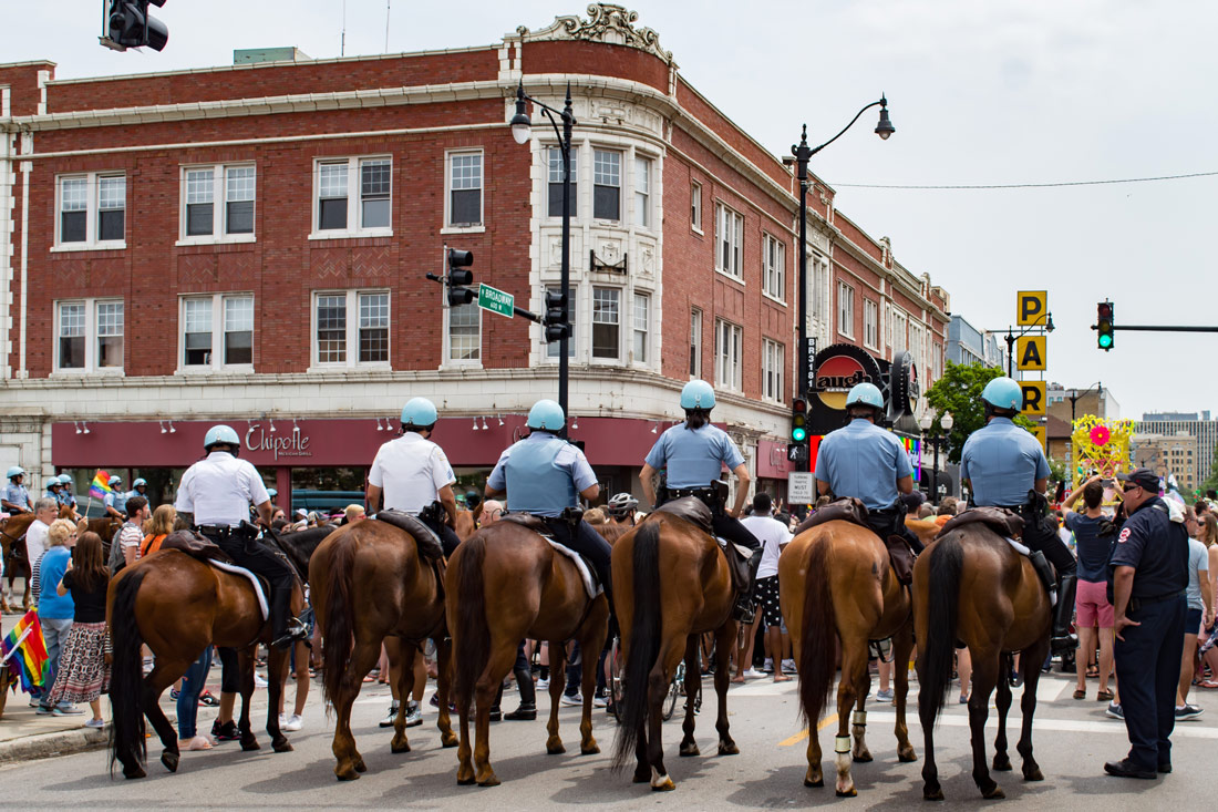 Chicago Gay City Tipps Feeling safe? Police presence on horses during Chicago Pride Parade 2019 © Coupleofmen.com