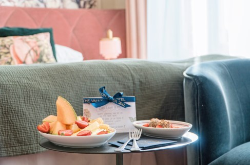 Welcome present in our Superior Room with fresh fruits and chocolate © Coupleofmen.com