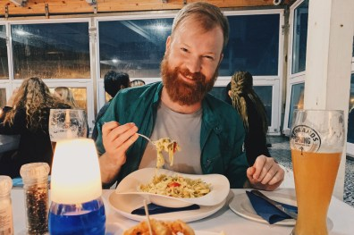 Dinner time in Brass Bell with a view and some delicious vegetarian pasta for Daan © Coupleofmen.com
