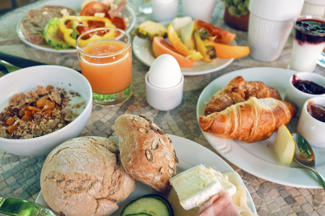Rich breakfast in the garden of Karnelund Krog & Rum © Coupleofmen.com