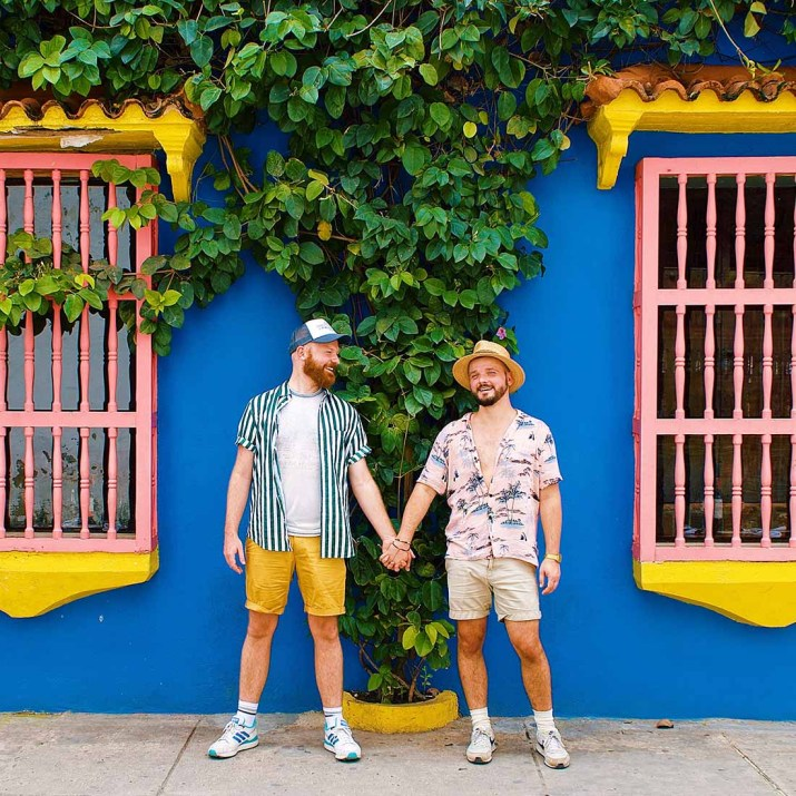 Gay Reise Cartagena Gay Couple hand-in-hand in front of the colorful house facades in Cartagena © Coupleofmen.com