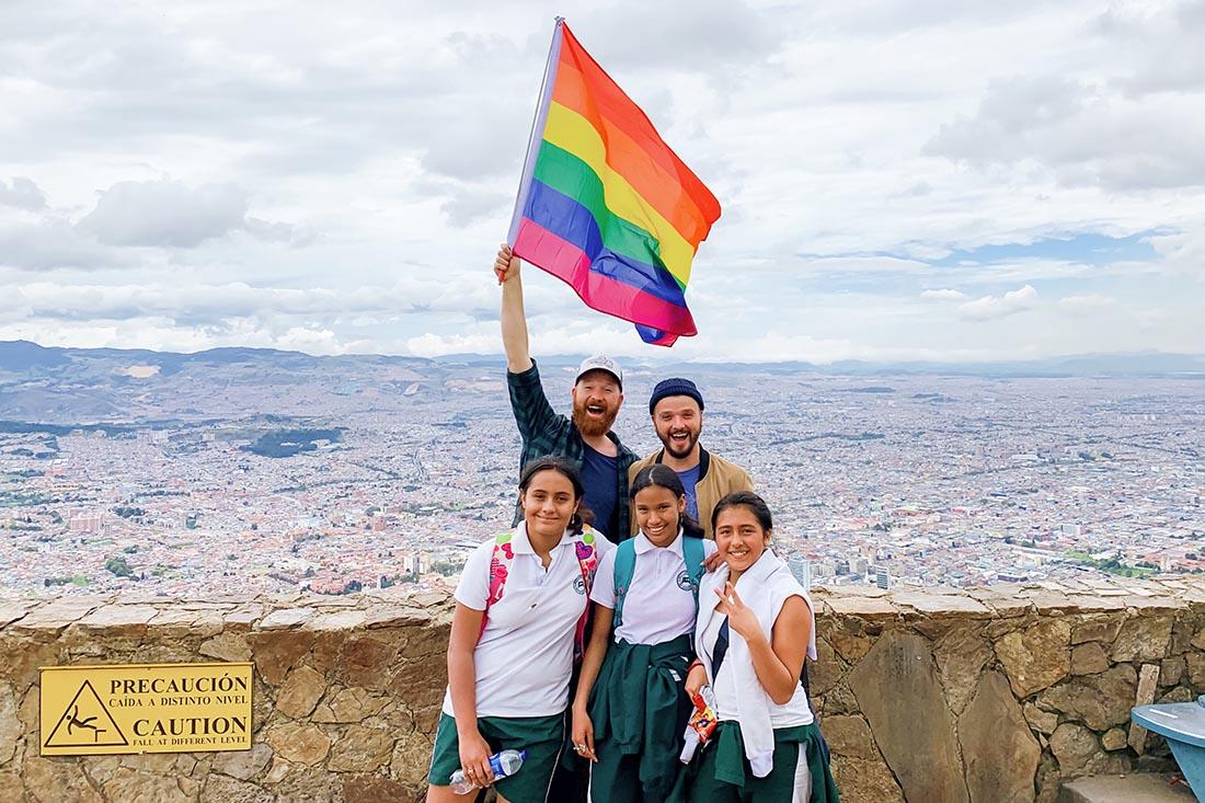Gay Bogotá Reisetagebuch Gay-friendly students joined us waving the rainbow flag © coupleofmen.com