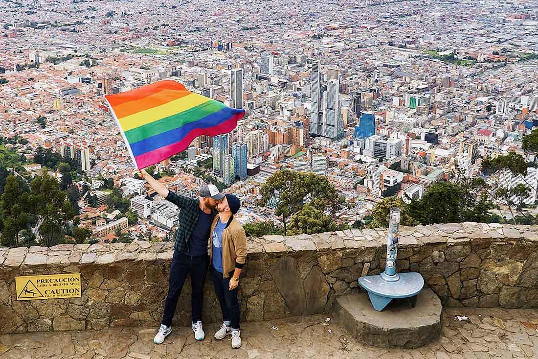 Gay Bogotá Reisetagebuch Waving our rainbow flag above the Colombian metropolis © coupleofmen.com