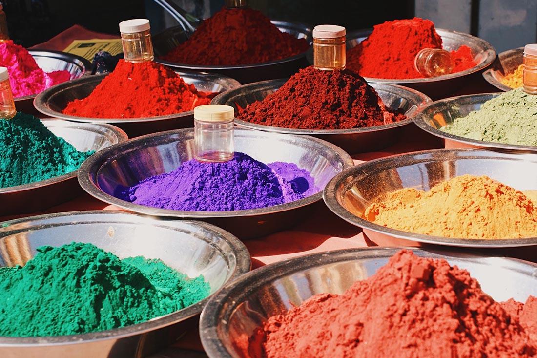 Color powders on a street market on the way to Khajuraho © Coupleofmen.com