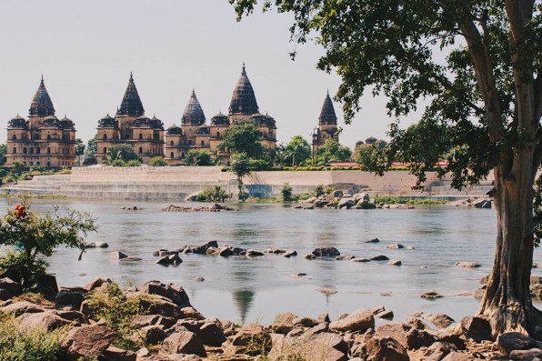 Temple complex at the Betwa River in Orchha © Coupleofmen.com