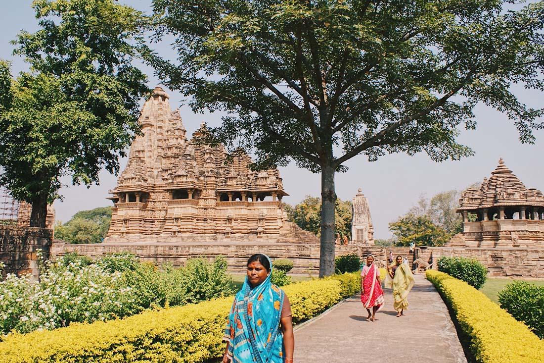 Colorful gardens surrounding the Khajuraho tempels © Coupleofmen.com