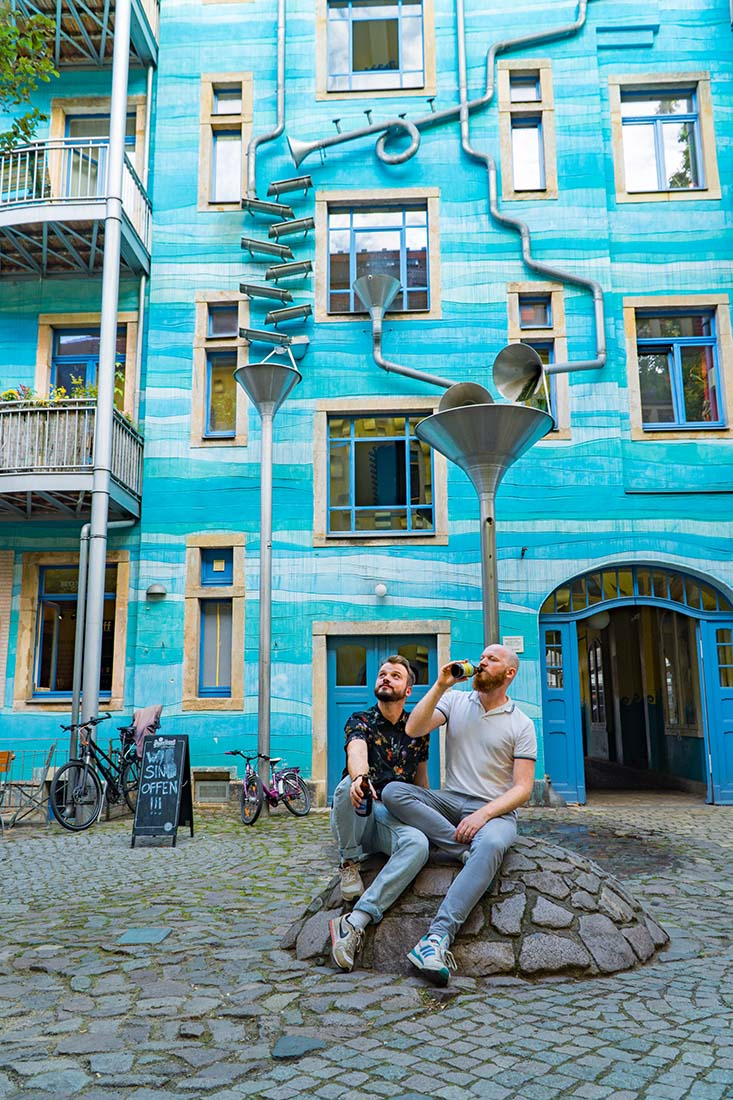 Beer break in Dresden Neustadt at the Kunsthofpassage © Coupleofmen.com