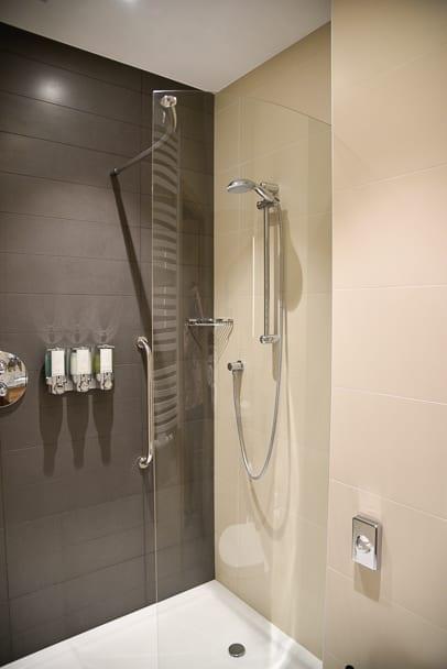 Hampton-by-Hilton-Gdansk-bathroom