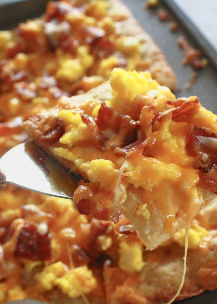 Looking to nail down some easy breakfast recipes?Quick, simple breakfasts like this breakfast pizza are the way to go!