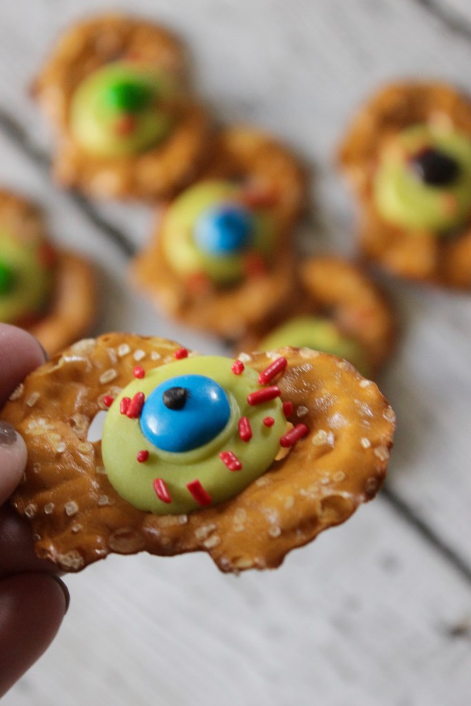 HOW CUTE ARE THESE! On the hunt for Halloween food for party kids will LOVE? These are so adorable (and the recipes looks SO easy too) Win-win!