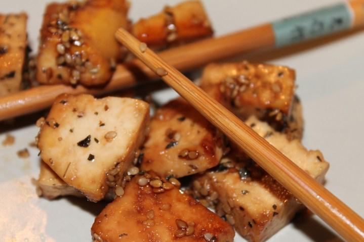 Tofu laqué aux graines de sésame