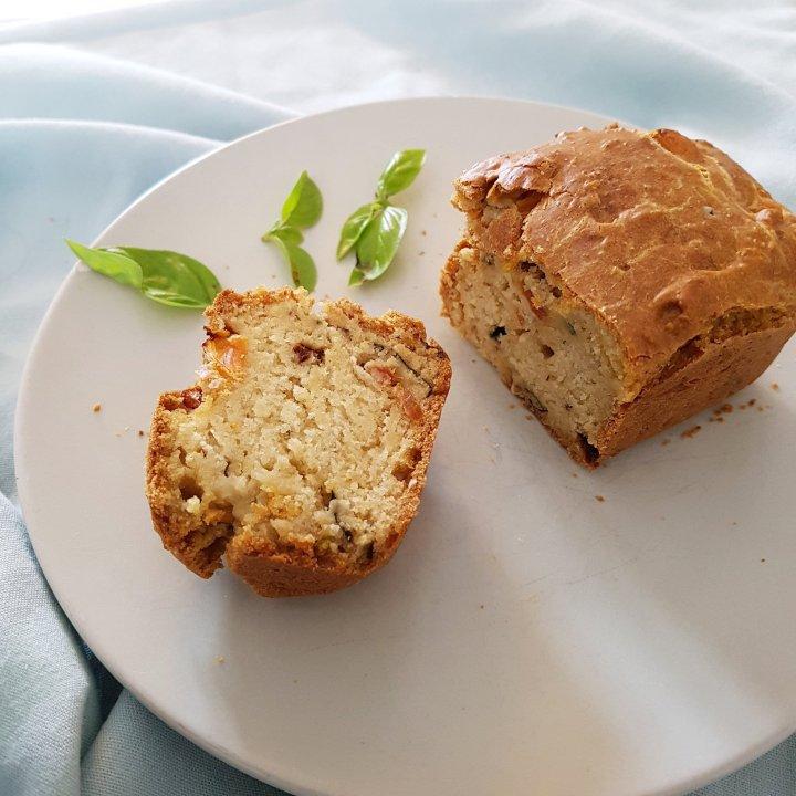 Cake végan aux tomates séchées/olives et basilic