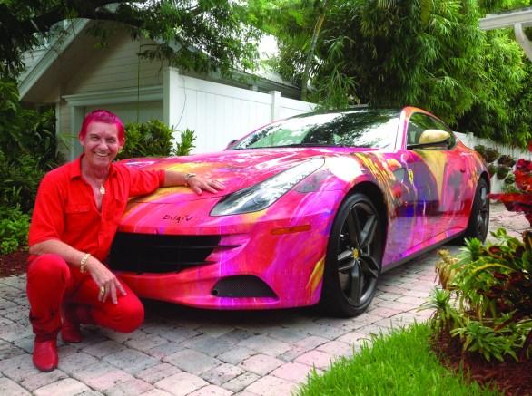Duaiv à Fort Lauderdale devant sa dernière réalisation, une Ferrari FF. (photo : Courrier de Floride).
