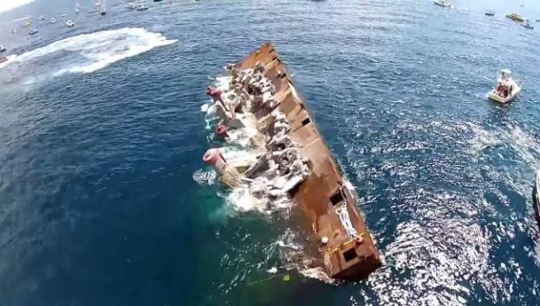 La barge s'est retournée peu après son départ (image : youtube)