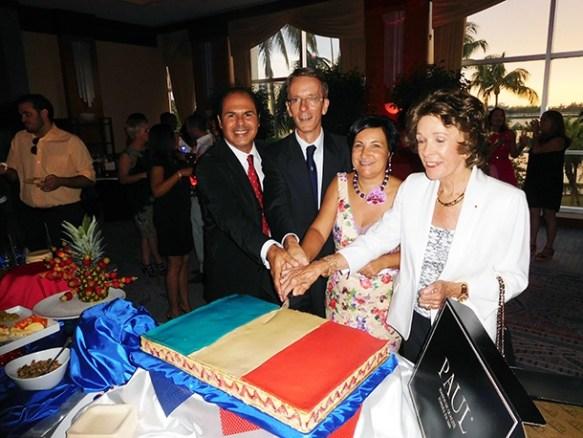 Le consul de France, Phillippe Létrilliart, et Madame, entourés de Nicole Hirsh (représentante des Français de l'Etranger) et de Vladimir Alfa (manager des boulangeries-pâtisseries Paul, qui ont offert le gateau bleu-blanc-rouge)