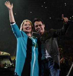 Hillary Clinton est venue à Miami et Fort Lauderdale début octobre. Ici à l'AAA de Miami avec le chanteur latino Mark Anthony. (photo : www.twitter.com/HillaryClinton )