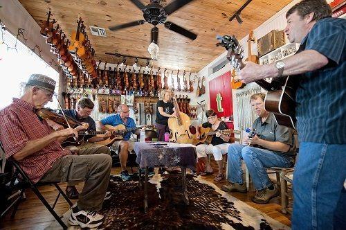 Improvisation musicale chez Tom's Fiddle & Bow à Arnaudville.