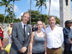 Phillippe Létrilliart (consul de France à Miami), Cynthia Legrand (Belgian Mondays), Manuel Molina (consul de Belgique à Miami) lors du rassemblement à Miami en soutient aux victimes des attentats de Bruxelles