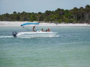 Bateau sur la plage de Delnor-Wiggins Pass State Park à Naples Floride