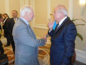 Sir Thomas Johnston avec le maire de Miami, Tomas Regalado
