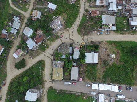 Vue aérienne (depuis un drone) d'une zone touchée
