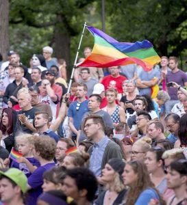 Rassemblement pour les victimes. La communauté LGBT sera elle-même divisée entre les propositions de Mme Clinton en sa faveur, et la crainte d'être ciblée par l'Etat Islamique. (photo : Fibonacci Blue CC BY 2.0)