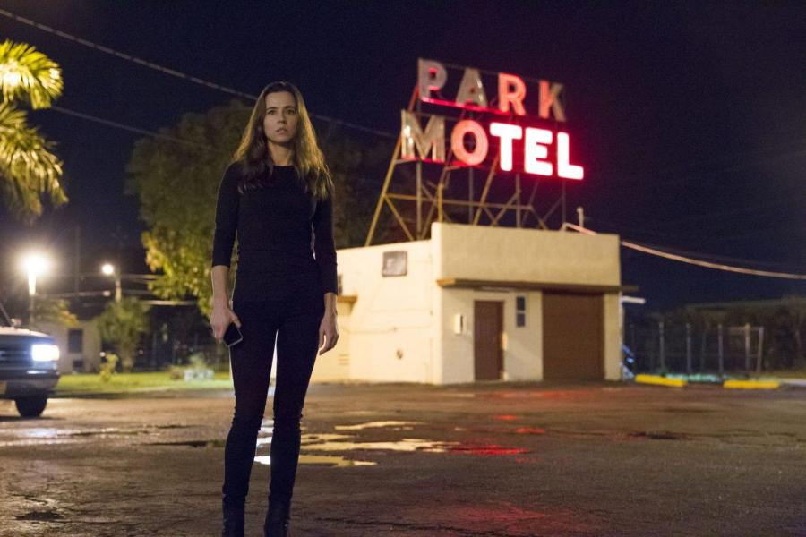 Meg Rayburn devant le Park Motel : l'une des affiches de la saison 2 de Bloodline.