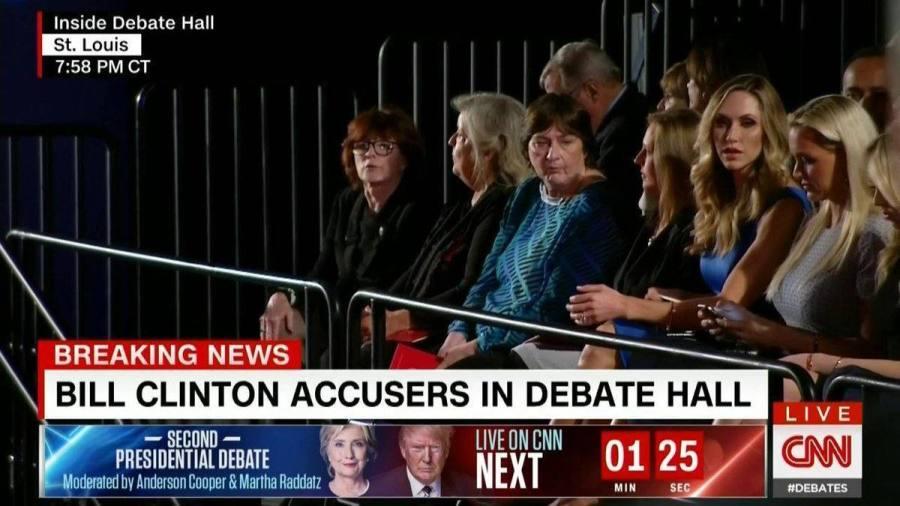 Kathy Shelton, Juanita Broaddrick and Kathleen Willey, au bout à gauche, dans la salle où se déroulait le débat.
