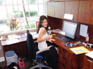 Anne Josée, dans les nouveaux bureaux de Canam Golf à Pompano Beach (Floride)
