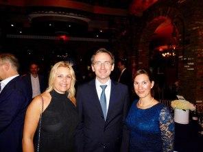 Le consul de France Clément Leclerc entre les avocates Séverine Gianese-Pittman et Aline Martin O'Brien.