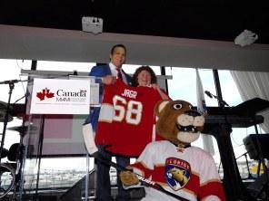 Le chandail des Florida Panthers offert par Shawn Thornton à Susan Harper.