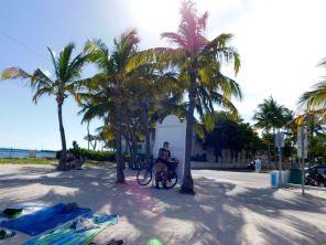 Vieux hippie sur la plage de Higgs Beach à Key West